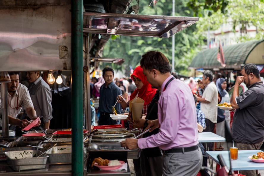Al centro financiero se le oponen el Chinatown y Little India, ideales para salir a recorrer y comer platos locales y baratos en la calle.