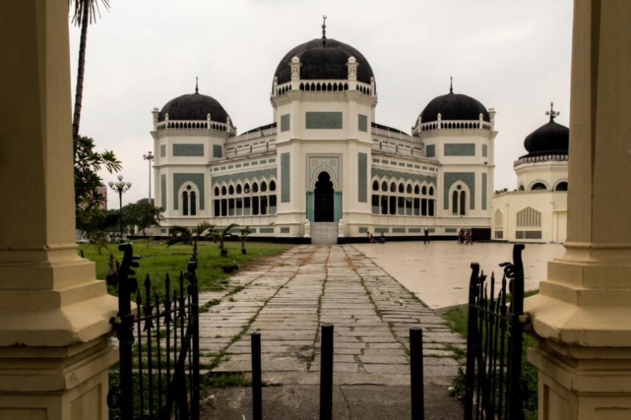 Entre las pocas atracciones está Masjid Raya (la gran mezquita). Fue construida en 1906 con un estilo arquitectónico marroquí y hoy en día se la puede visitar sin cargo. (Se reciben donaciones y hay que ir con los hombros y las piernas tapados. Para los que no tienen, en la puerta se alquilan por 5.000 rupias = U$S 0.5).