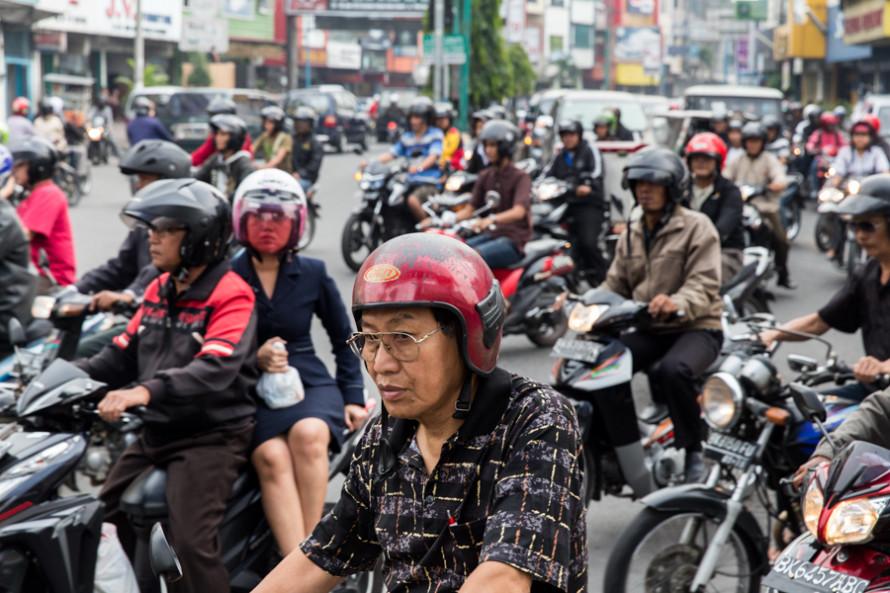El caos de tránsito y las bocinas son impresionantes. Desde temprano a la mañana hasta tarde a la noche, no hay lugar por lugarcito en las calles por donde escabullirse.