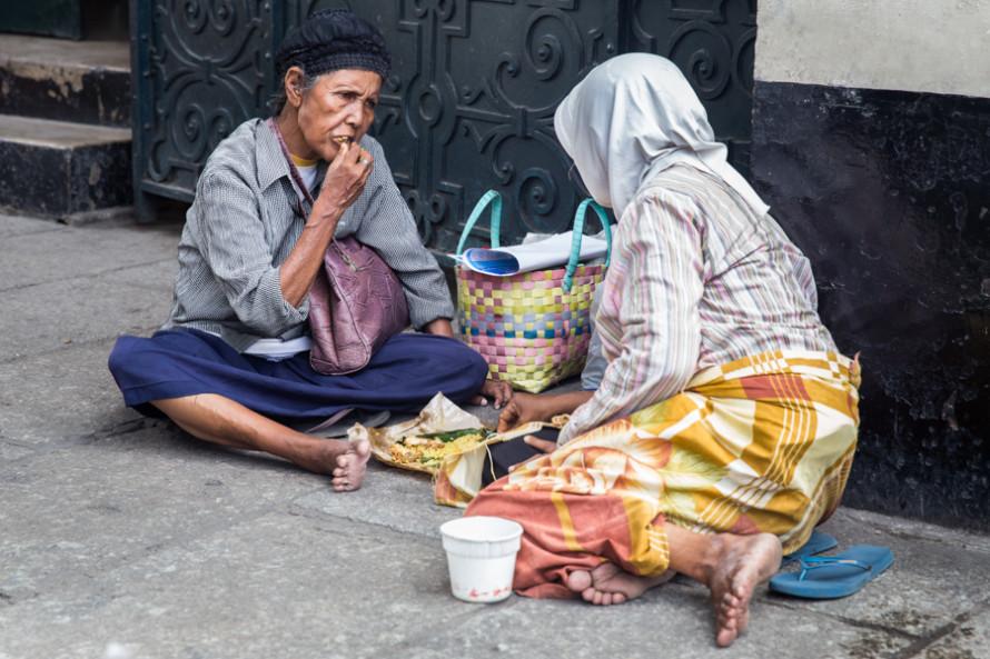 Se ve también gente pobre.