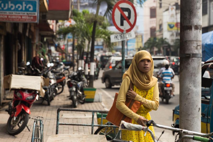 Siendo el país, y especialmente la isla de Sumatra, musulmánes, las mujeres están tapadas de pies a cabezas, aunque nunca la cara.
