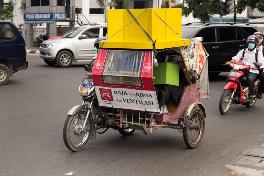 Otra de las formas, y como en muchos otros píses de Asia, es el tuc-tuc. La diferencia es que en estas tierras consta de una moto con un sidecar para los pasajeros, y a eso le llaman Bejaj.