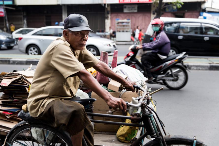 La bici es ideal para escurrirse entre los autos, pero presa fácil para las motos que maniobran súbitamente en cualquier dirección y sentido.