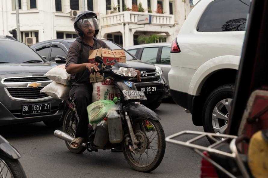 La ciudad está sobrecargada de vehículos y eso hace que sea difícil avanzar salvo que se esté en moto. Por eso hasta los que llevan de todo la siguen eligiendo para moverse.