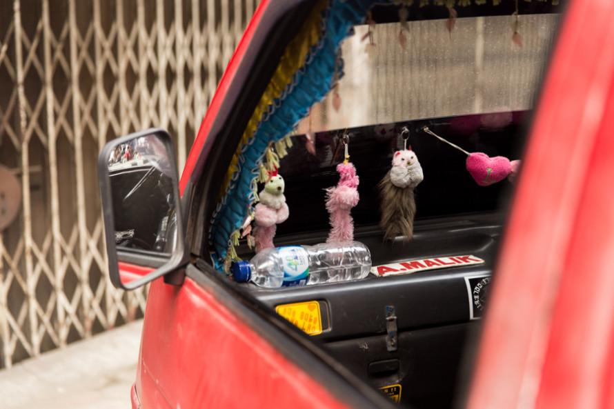 Si vivis en Medan y tenes un auto, lo mejor es que le incorpores cuanto cachivache se te ocurra. Seguramente te vas a pasar largos ratos del dia ahi, y emboles semejantes, ahi adentro.