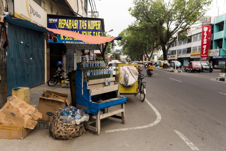 La nafta, al igual que en Tailandia, se compra acá también en mini-estaciones de sertvicio formato botella de litro.