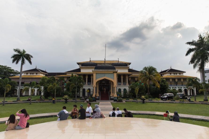 Justo atrás de la gran mezquita está el Maimoon Palace. Construido en 1888 por el Sultán Mahsun Al Rasyid, sirvió como sede administrativa hasta finales de la Segunda Guerra Mundial. (El ticket sale 5.000 rupias y la visita puede llegar a durar como mucho 20 minutos).