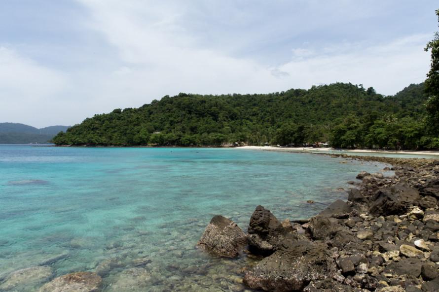Las playas no son nada especial, por lo general chicas, angostas y pedregosas. Ésta es Gapang y la más linda Sumur Tiga.