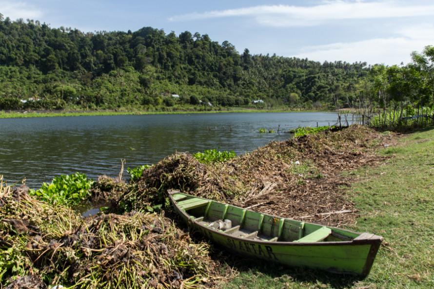 Entre los otros paisajes de la isla se cuentan un lago...