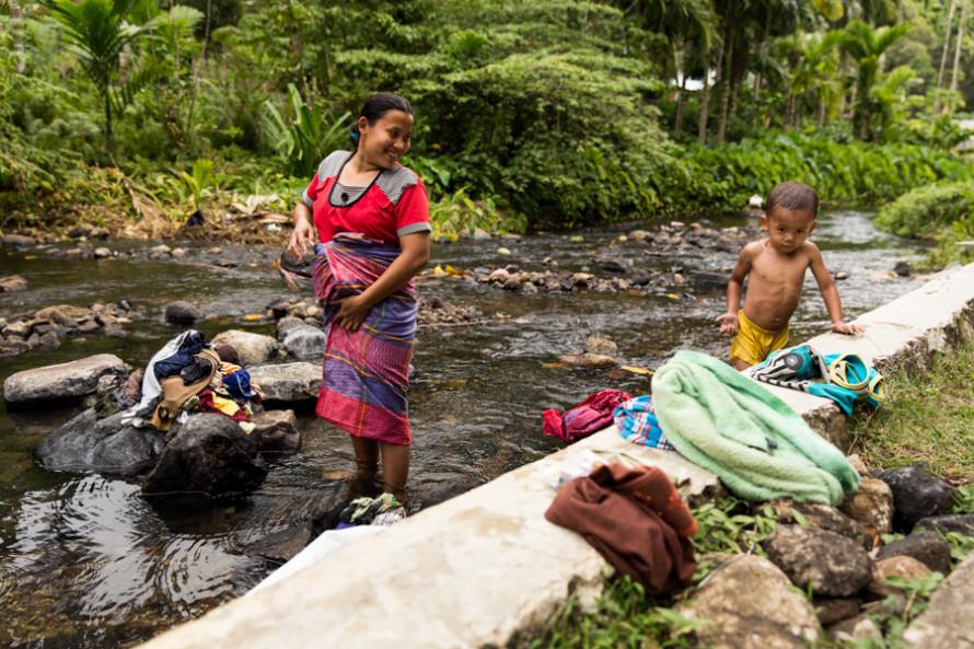 En ese mismo río lugareñas sonrientes lavan la ropa.