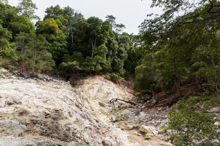 El Gunung Api, un pequeño (y no muy interesante) volcán de azufre que huele muy mal.