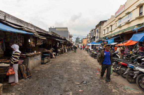 En torno a la estación de buses se organiza el mercado central.