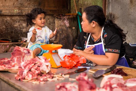 La pequeña le explica a la madre tal vez cómo moverse en minivan por Sumatra, o por ahí que simplemente lo chequee en los dato útiles de VIAJOSCOPIO.