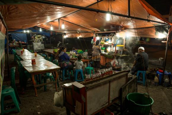 Uno de los puestos que aparece a la noche y en donde se puede cenar como un local.