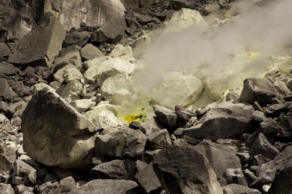 Las fumarolas son estos orificios por donde salen los gases que se generan adentro del volcán.