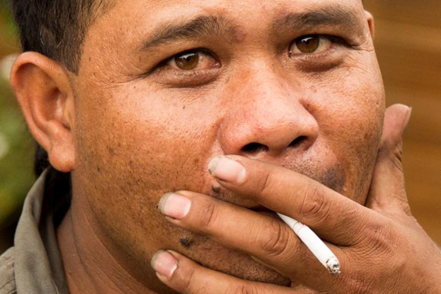 En el 2009 el 57,4% de los hombres adultos indonesios eran adictos a la nocotina. Y en 2004 el 20% de las muertes masculinas se debieron al cigarrillo.