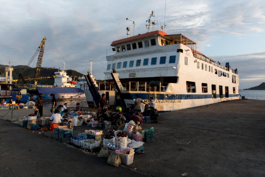 El barco a Pulau Nias sale desde Sibolga y la mejor manera de comrpar el ticket es ir al puerto y pedirle a los guardias que te dejen pasar hasta donde está el barco para allí mismo, comprárselo directamente a la persona que los vende. De otro modo, se termina pagando de más a terceros que se aprovechan de desconocimientos del viajero. (Ida, clase general = 70.000 IRD = U$D 7)