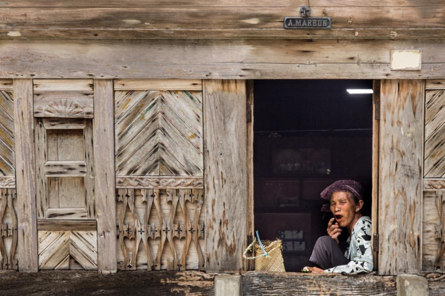 Una de las actividades preferidas de los lugareños, reposar junto a la puerta de casa refugiados por la penumbra.
