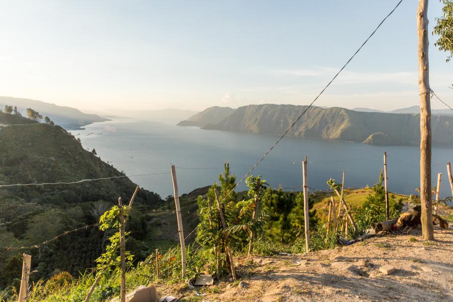Las vistas desde los alto se consiguen únicamente si se sale desde Tuk-Tuk hacia el sur. Caso contrario, se va siempre bordeando el lago desde el llano y no se llega a ver lo lindo e interminable que es.