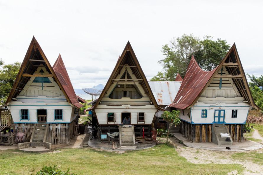 Viven en estas casas cuya arquitectura representa la forma en la que rezan: apuntando ambos brazos hacia adelante y arriba mientras flexionan las rodillas.