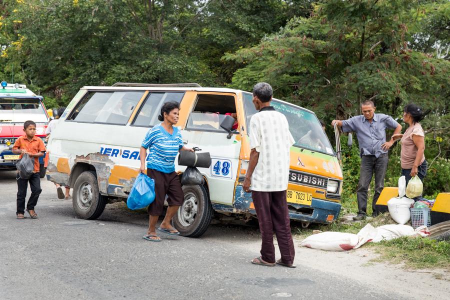 En dos meses por Sumatra, el auto, bus o símil en lo que viajaba chocó dos veces. Y por experiencia propia, recomiendo estar atentos y sentarse siempre del lado opuesto al del conductor, y ni adelante ni atrás...