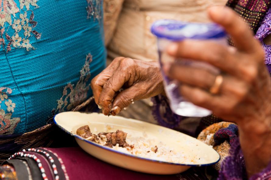 No personas, pero se sigue comiendo con la mano.