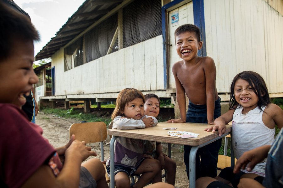 En otro sector de la selva, como a dos horas en canoa (a motor) de donde vive Vai hay una escuela. Algunas de las familias tienen su casa ahí mismo.