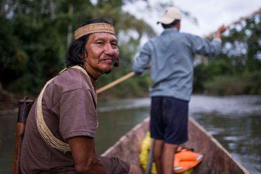 Los Huaoranis se movieron históricamente en canoas hechas con troncos ahuecados por ellos mismos y empujados con palos largos que llegan hasta el fondo del río.