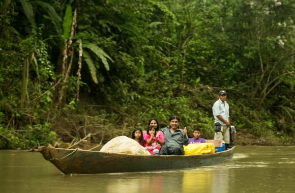 Hoy en día la forma de locomoción principal es en esas mismas canoas pero propulsadas con un motor fuera de borda.
