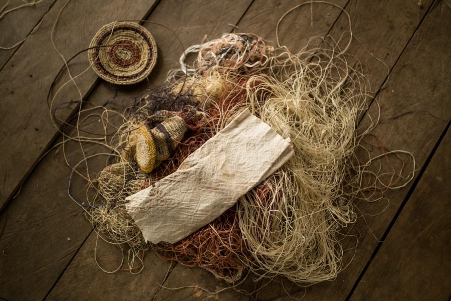 Hoy en día la comunidad Huaorani ya ha dejado de vivir exclusivamente de la selva. Las mujeres, por ejemplo, hacen entre otras cosas artesanías para vender a los turistas.