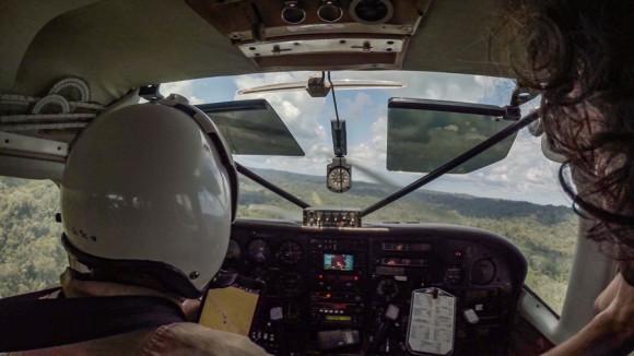 La cabina de mandos, con Daniel piloteando y Andi preguntándole sobre cada movimiento y filmando a consciencia.